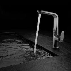 wylewka lejąca się woda w tle czerń